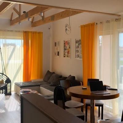 wnętrze domu z salonem i aneksem kuchennym